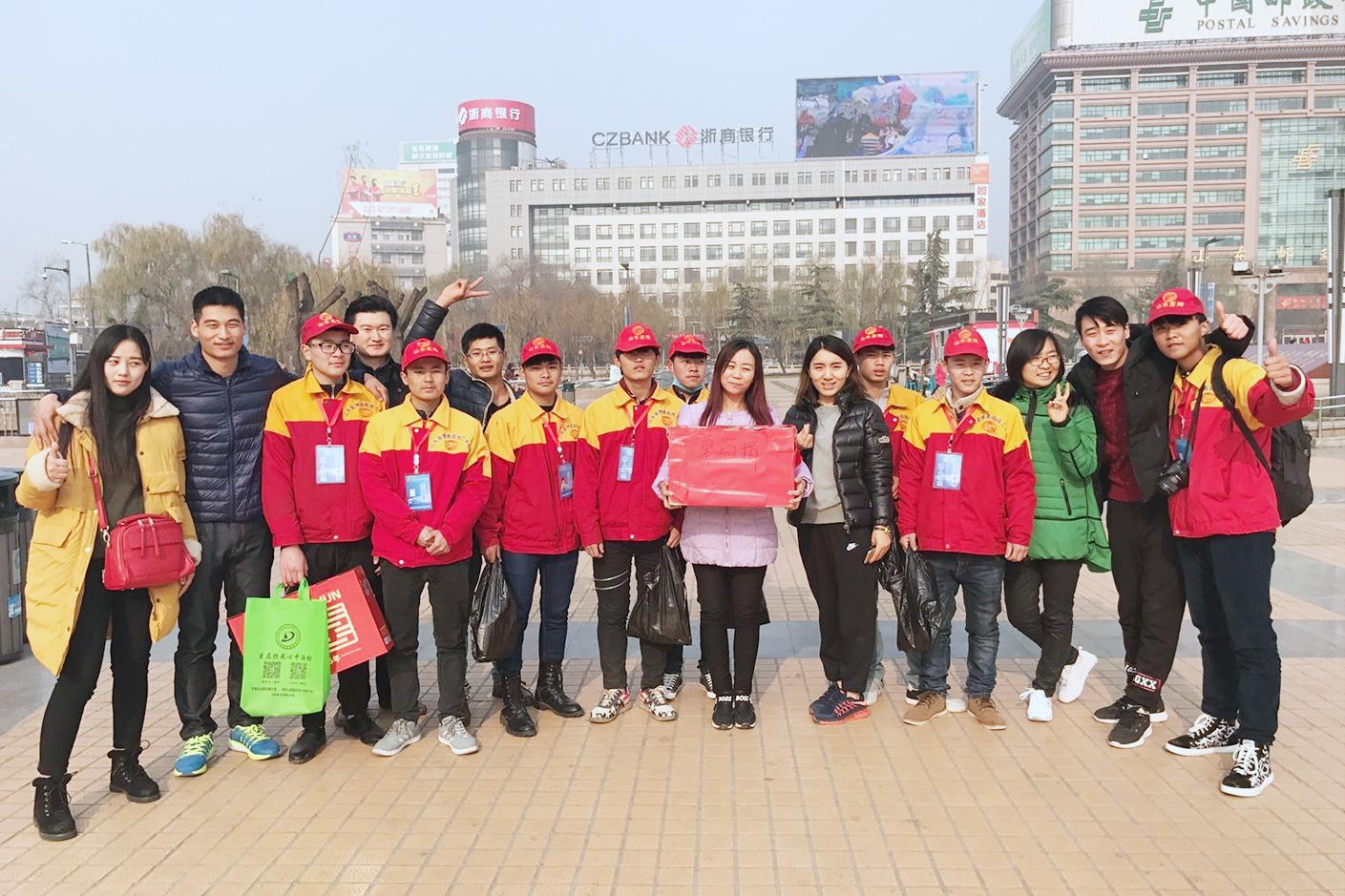 蓝翔志愿者在济南泉城广场做公益活动